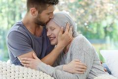 Femme malade étant embrassée image libre de droits