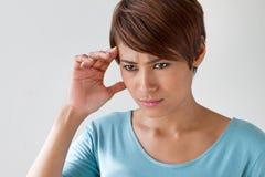 Femme malade avec douleur, mal de tête, migraine, effort, insomnie, coup image libre de droits