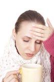 Femme malade avec la cuvette dans l'écharpe de l'hiver photographie stock