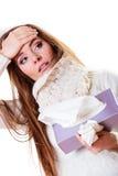 Femme malade avec la fièvre éternuant dans le tissu Horaire d'hiver Photographie stock