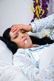 Femme malade avec la grippe et la fièvre Photos libres de droits