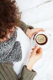 Femme malade avec la tasse de thé photographie stock libre de droits