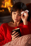 Femme malade avec le repos froid sur le sofa Image stock
