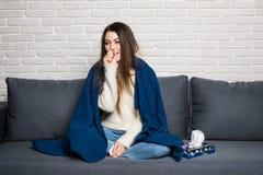 Femme malade avec le thermomètre Réaction d'allergie grippe Froid attrapé par femme Éternuement dans le tissu Mal de tête virus C photo stock