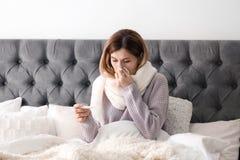 Femme malade avec le tissu et le thermomètre photo libre de droits