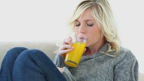 Femme malade buvant du jus d'orange banque de vidéos