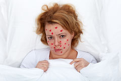 Femme malade d'amour s'étendant dans le bâti Image stock
