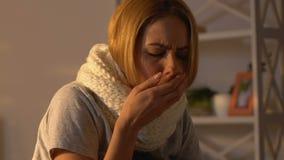 Femme malade dans l'écharpe toussant à la maison, virus de capture de grippe, bas système immunitaire clips vidéos
