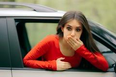 Femme malade de voiture ayant des symptômes de cinétose images libres de droits