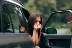 Femme malade de voyage de voiture avec des symptômes de cinétose image libre de droits