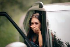 Femme malade de voyage de voiture avec des symptômes de cinétose images stock