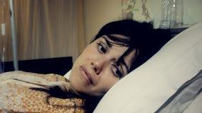 Femme malade malade pleurant dans l'hôpital Image libre de droits