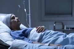 Femme malade mourant dans l'hôpital photographie stock