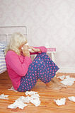 Femme malade s'asseyant à côté du lit Photo stock