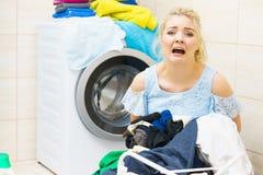 Femme malheureuse ayant beaucoup de blanchisserie photos stock
