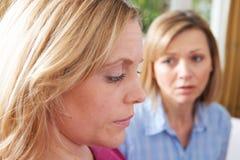 Femme malheureuse dans Converstion avec l'ami ou le conseiller Photos stock