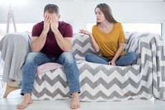 Femme malheureuse parlant à son homme au sujet de son infidélité Image libre de droits