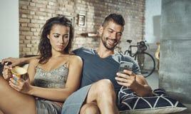 Femme malheureuse regardant l'ami jaloux Image libre de droits