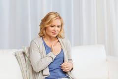 Femme malheureuse souffrant du chagrin d'amour à la maison Image stock
