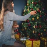 Femme, maman décorant un arbre de Noël Images stock