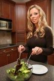 Femme mangeant d'une salade Photos stock