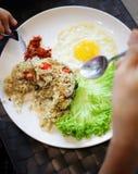Femme mangeant dans un plat blanc Images libres de droits