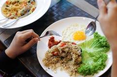 Femme mangeant dans un plat blanc Image stock