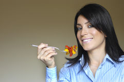 Femme mangeant de la nourriture Image libre de droits