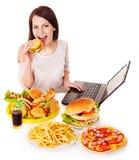 Femme mangeant de la nourriture industrielle. Photos libres de droits