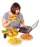 Femme mangeant de la nourriture industrielle. Images libres de droits