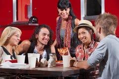Femme mangeant de la pizza avec des amis Photos stock