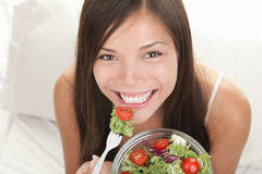 Femme mangeant de la salade Photos stock