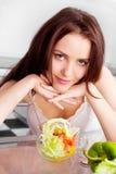 Femme mangeant de la salade Photographie stock libre de droits