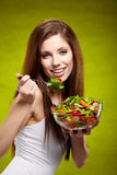 Femme mangeant de la salade Photographie stock