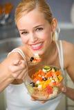 Femme mangeant de la salade Image libre de droits