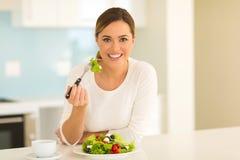 Femme mangeant de la salade photo stock