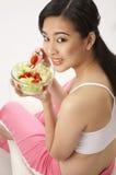 Femme mangeant de la salade Photos libres de droits