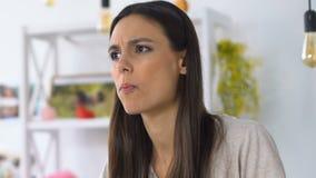 Femme mangeant de la salade et sentant le goût désagréable et l'odeur, nourriture corrompue, OGM clips vidéos