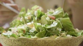 Femme mangeant de la salade savoureuse saine verte d'eco banque de vidéos