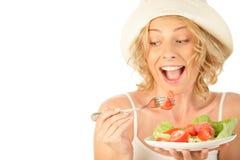 Femme mangeant de la salade végétale Photographie stock libre de droits