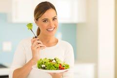 Femme mangeant de la salade végétale image stock