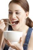 Femme mangeant des céréales Image libre de droits