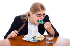 Femme mangeant des drogues, des tablettes et des pillules Image libre de droits