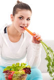 Femme mangeant des raccords en caoutchouc Images stock