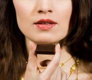 Femme mangeant du chocolat photos libres de droits