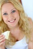 Femme mangeant du fromage photo stock
