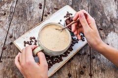 Femme mangeant du gruau de farine d'avoine avec le coffe et le chocolat râpé Foyer sélectif Déjeuner sain image stock