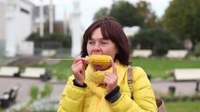 Femme mangeant du maïs chaud clips vidéos