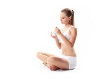 Femme mangeant du yaourt Image libre de droits