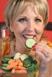 Femme mangeant l'upcl sain de nourriture Photos stock